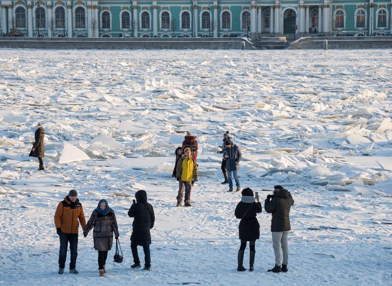 Monticules sur Neva River photo stock