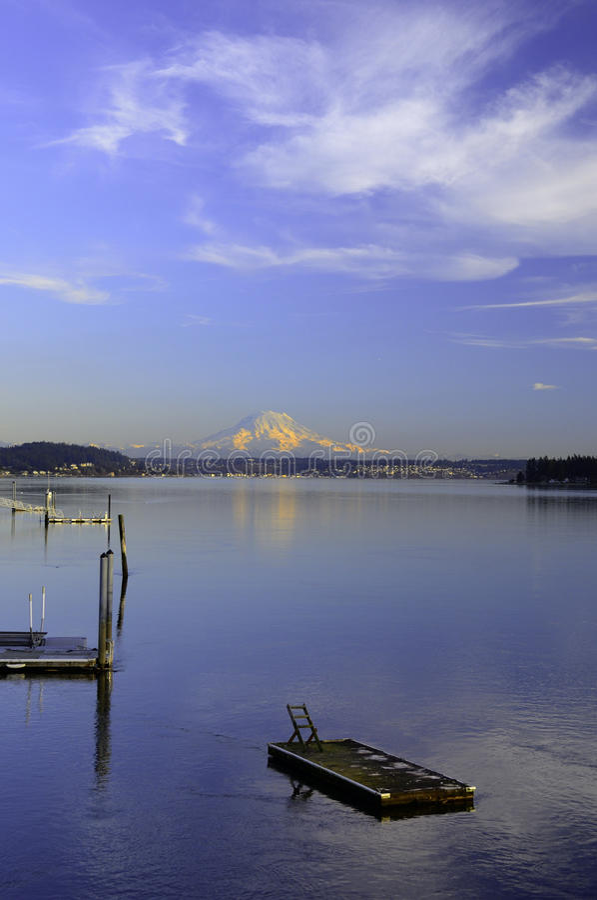 Montierung regnerischer und Puget Sound. stockfotos