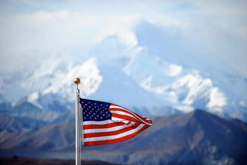 Montierungmckinley-Spitze und US-Markierungsfahne, Alaska, US lizenzfreie stockbilder