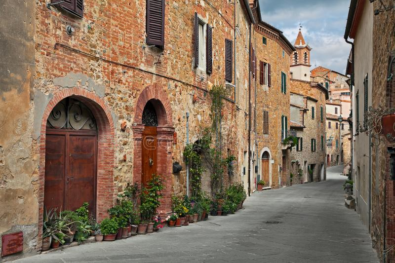 Montisi, Montalcino, Toscanië, Italië: oude straat in de oude stad royalty-vrije stock fotografie