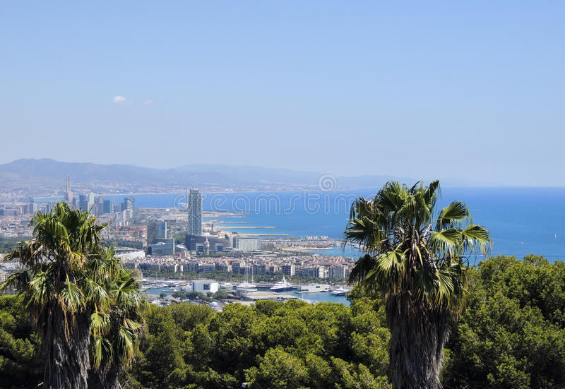 从Montjuic城堡的巴塞罗那全景,与棕榈树和拜雷阿尔斯海 免版税图库摄影