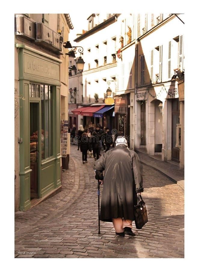 montmartre的老妇人 免版税库存图片