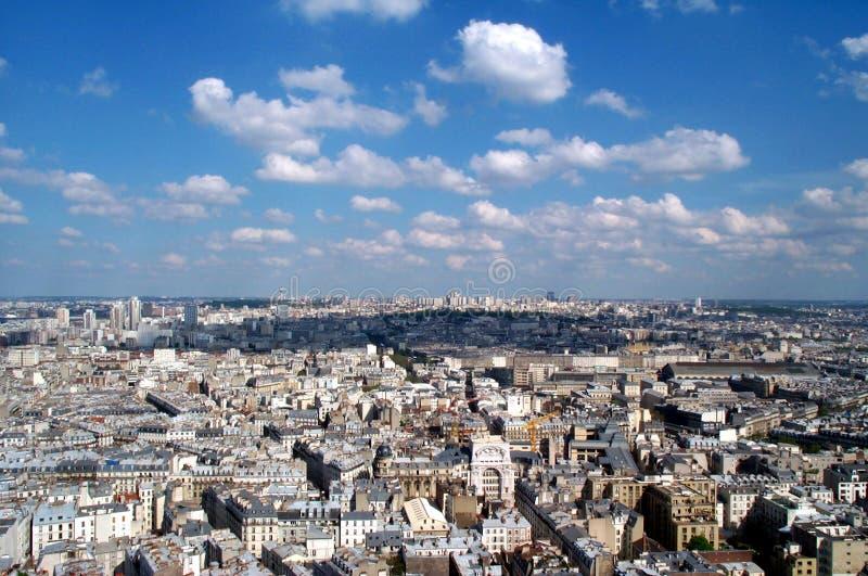 montmartre för 2 blue över skyen arkivfoto