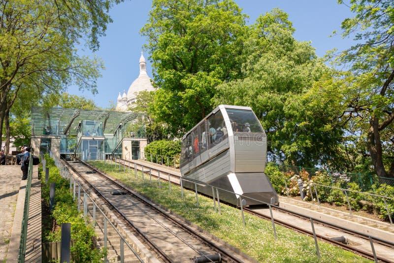 Montmartre funiculaire sur la colline à la basilique du coeur sacré, France de Paris image stock