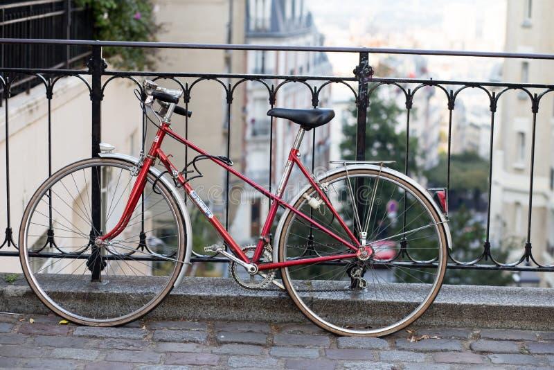 Montmartre gator i Paris, Frankrike, Europa Röd cykel på hemtrevlig cityscape av arkitektur och gränsmärken Resor arkivfoto