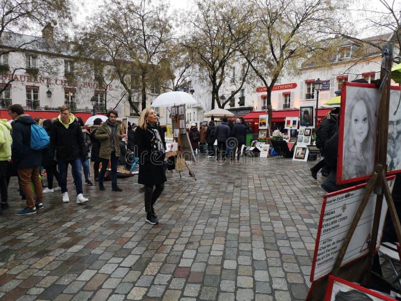 Montmartre Paris, Frankrike - Januari 20 - 2019: Shoppar i det gamla Lyon området france lyon fotografering för bildbyråer