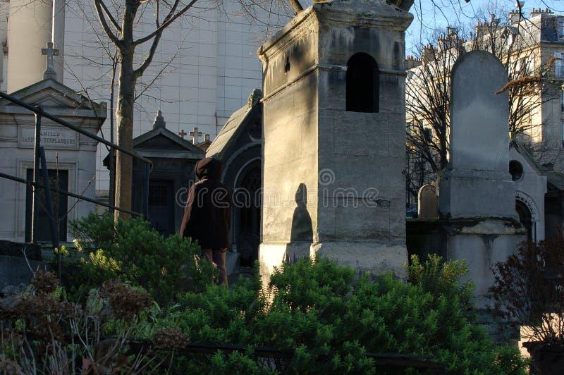 Montmartrebegraafplaats met schaduw met een kap in Frankrijk stock foto's