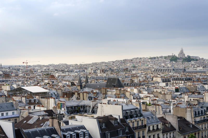 Montmartrehorizon met Basiliek Sacre Coeur in Parijs stock foto