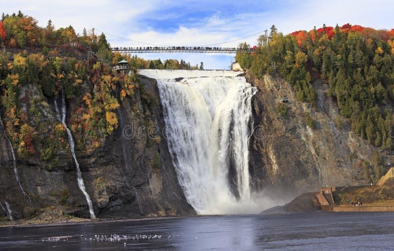 Montmorency-Fälle und -brücke im Herbst mit bunten Bäumen, Quebec stockfoto