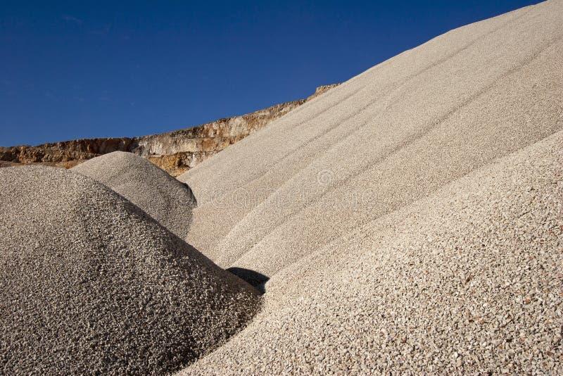 Montones del agregado de piedra para la construcción de carreteras imagenes de archivo