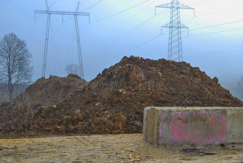 Montones grandes de la tierra del hoyo para la construcción de carreteras, imagenes de archivo