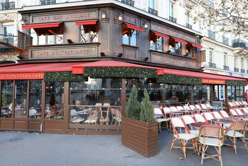 Montparnass是为圣诞节装饰的一个典型的巴黎人咖啡馆 它位于蒙巴纳斯大道巴黎,法国 库存照片