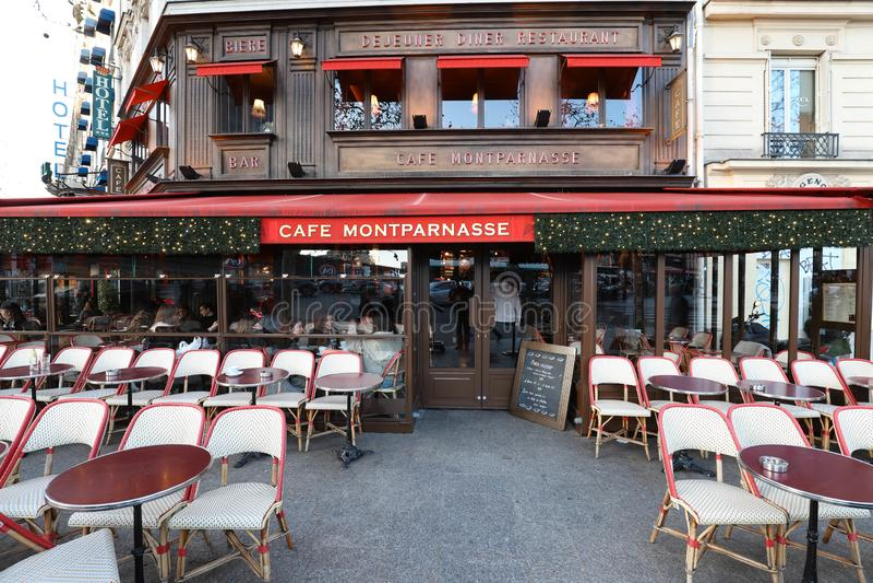 Montparnass是为圣诞节装饰的一个典型的巴黎人咖啡馆 它位于蒙巴纳斯大道巴黎,法国 免版税库存照片