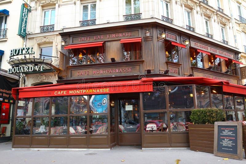 Montparnass是Montparnass大道的一个典型的巴黎人咖啡馆位于巴黎,法国 图库摄影
