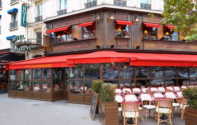Montparnass是Montparnass大道的一个典型的巴黎人咖啡馆位于巴黎,法国 库存照片