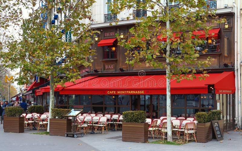 Montparnass è un caffè parigino tipico situato sul boulevard di Montparnasse a Parigi, Francia fotografie stock libere da diritti