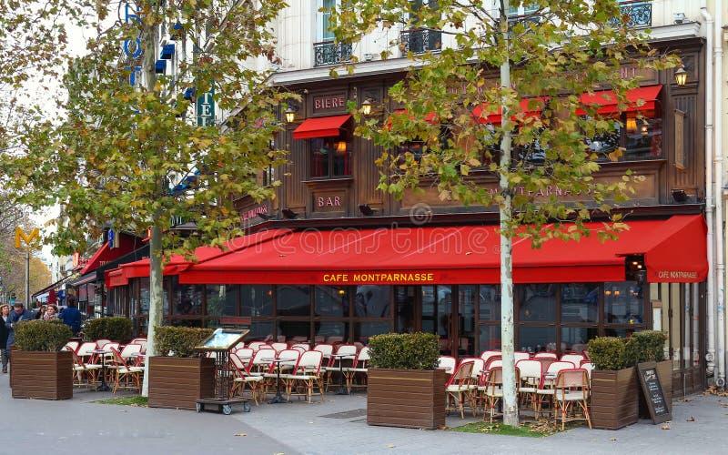 Montparnass es un café parisiense típico situado en el bulevar de Montparnasse en París, Francia fotos de archivo libres de regalías