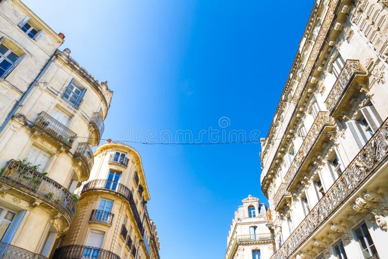 Montpellier Frankrike Historiska byggnader i Rue Foch i en solig dag royaltyfri fotografi