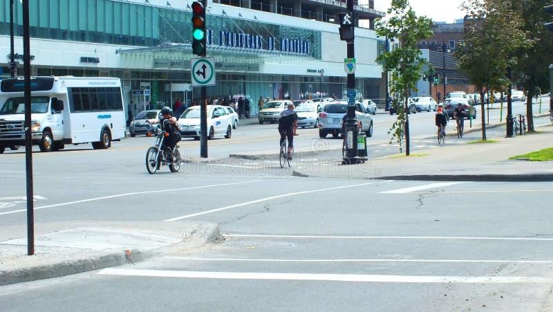 Montréal, CA juillet 2013, cyclistes permutant dans une ruelle de recyclage de ville photographie stock