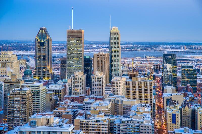 Montréal du centre au coucher du soleil, en hiver images stock