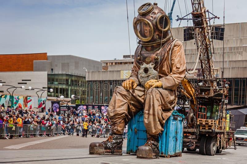Montréal, Québec, Canada - 21 mai 2017 : Marionnette de géant de plongeur des grands fonds de sommeil photographie stock libre de droits