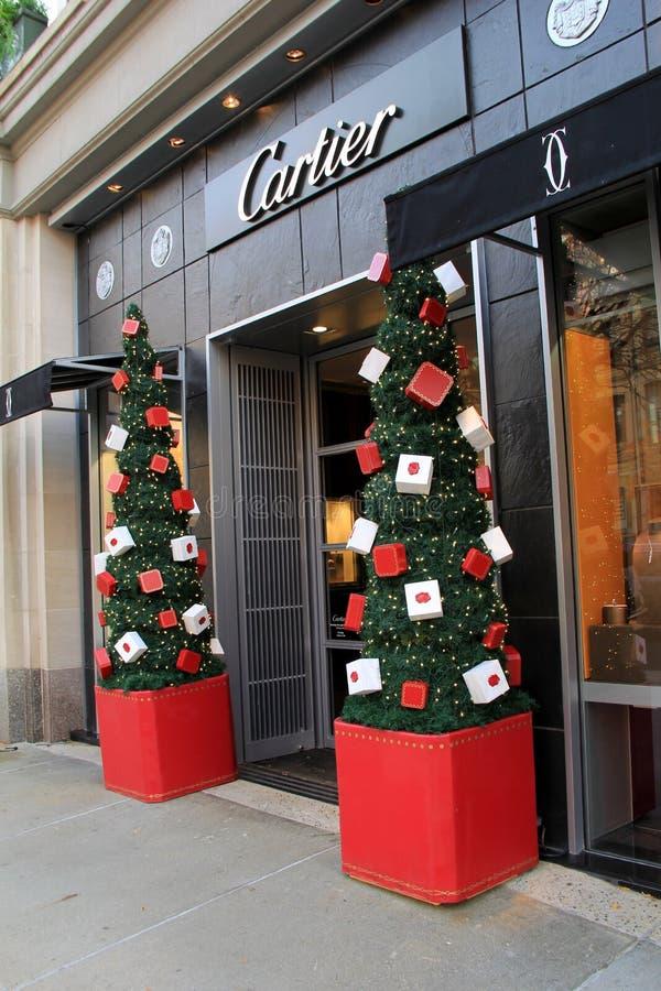 Montra atrativa com as árvores de Natal cobertas nos presentes, Cartier, rua de Newbury, Boston, 2014 foto de stock royalty free