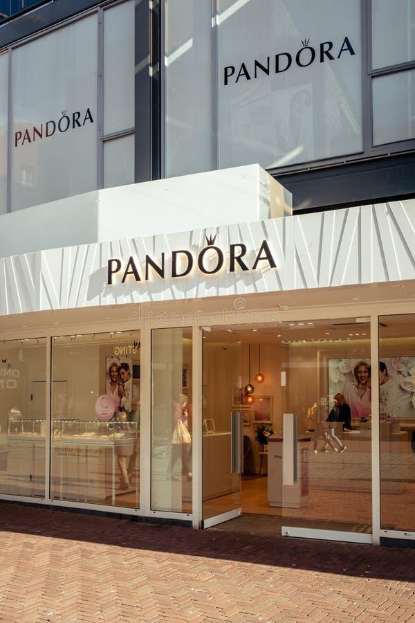 Montra da joia de Pandora em Dordrecht imagem de stock