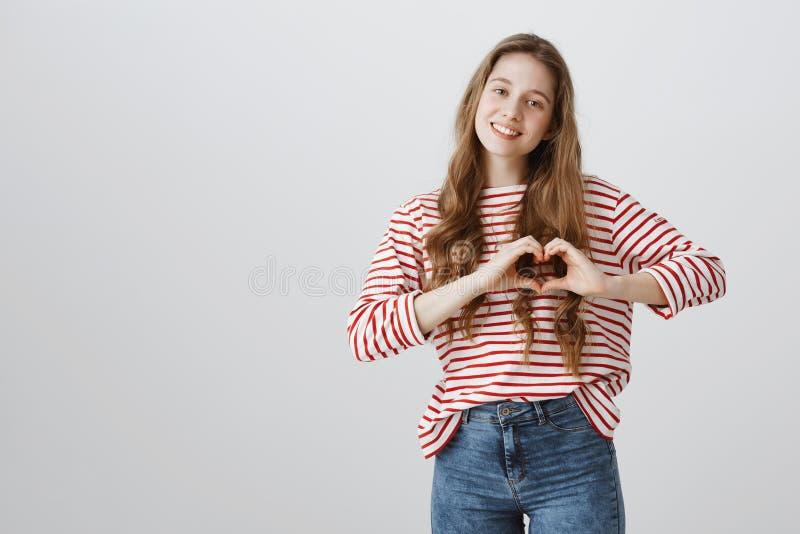 Montrant ce que voulez dire vous à elle Jeune femme mignonne dans l'équipement occasionnel faisant le geste entendu au-dessus du  photos libres de droits
