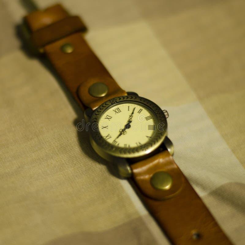 Montre-bracelet classique sur le ton brun images stock