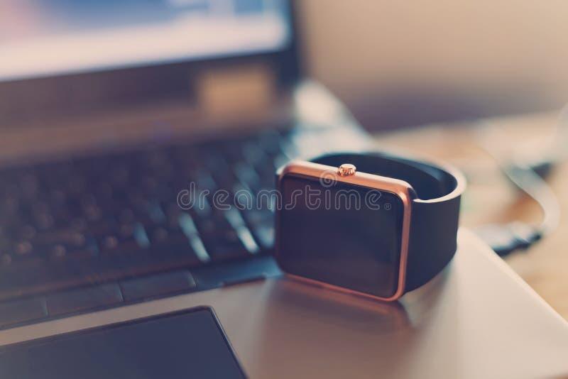 Montre-bracelet intelligente sur le carnet photographie stock
