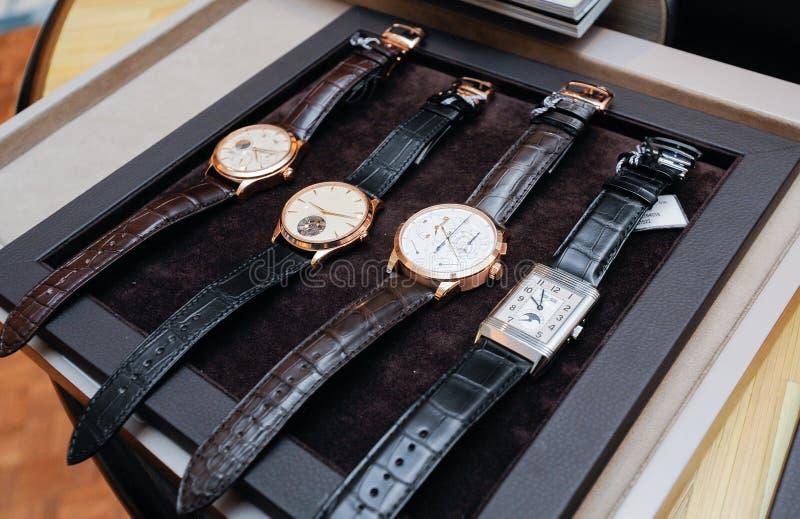 Montre-bracelet sur le plateau photographie stock libre de droits