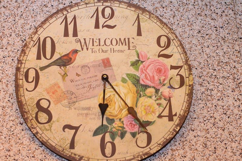 Montre d'horloge de cru avec un coup d'accueil d'inscription photos stock