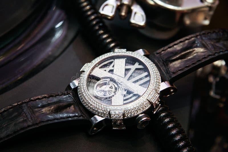 Montre de luxe suisse avec des diamants sur la table images libres de droits