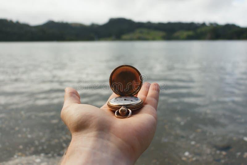 Montre de poche à disposition au-dessus de l'eau images libres de droits