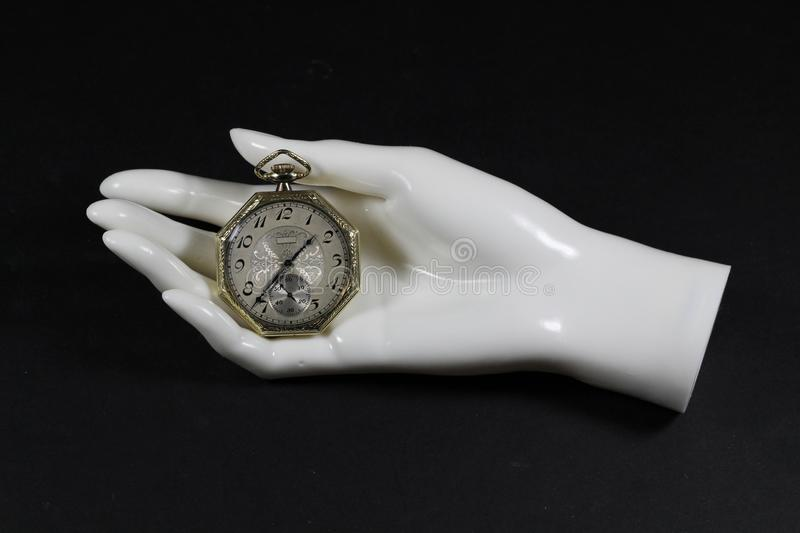Montre de poche antique dans la main de mannequin photo stock