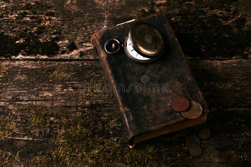 Montre de poche avec le vieux livre antique de bible et les rétros pièces de monnaie photo libre de droits
