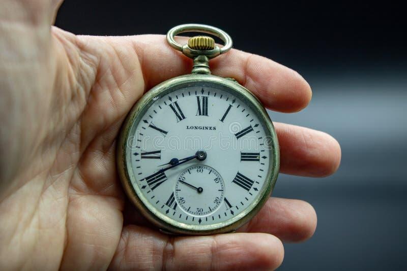 Montre de poche d'or des années 1900 tôt Le cas avec les chiffres romains est évident photo stock