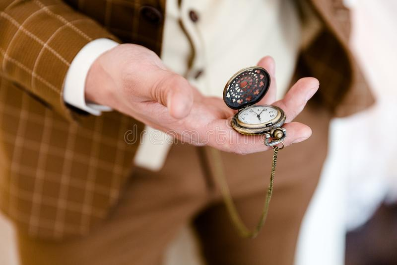 Montre de poche sur la main tendue d'un homme images libres de droits