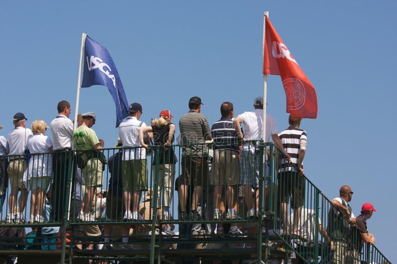Montre de ventilateurs de golf des gradins au soleil photos stock