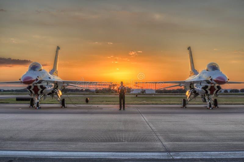Montre debout au-dessus des Thunderbirds images libres de droits