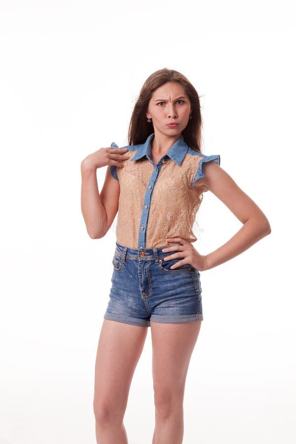 Montre différentes émotions, portrait des shorts de port d'un denim de beau modèle femelle et chemise brune sur le fond blanc photo stock