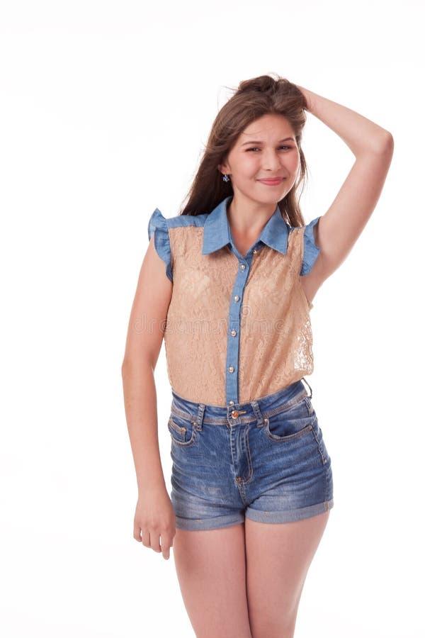 Montre différentes émotions, portrait des shorts de port d'un denim de beau modèle femelle et chemise brune sur le fond blanc image stock