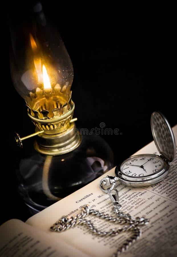Montre et lampe de poche photographie stock