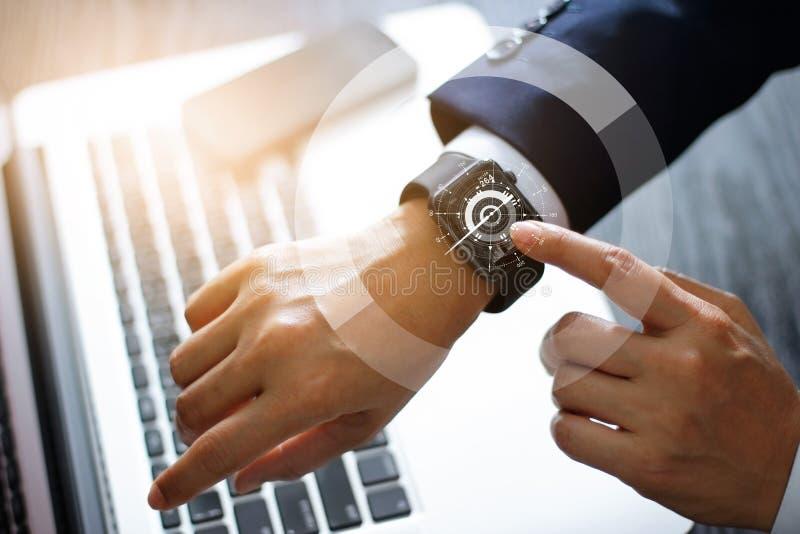Montre intelligente émouvante de mains d'homme d'affaires Utilisant une boussole APP image libre de droits