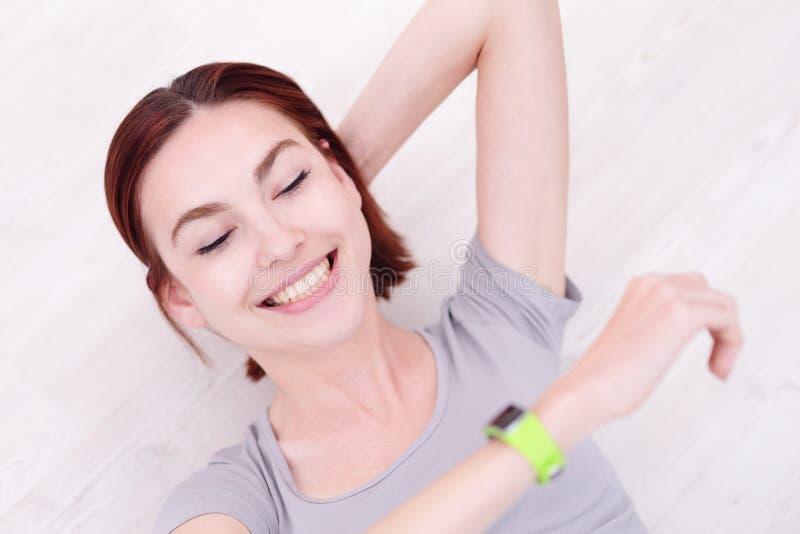 Montre intelligente de sembler de femme de sourire photographie stock libre de droits
