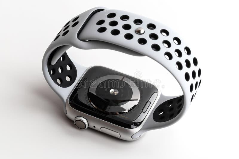Montre Nike d'Apple + Cas en aluminium argenté avec le platine pur sur un fond blanc images libres de droits