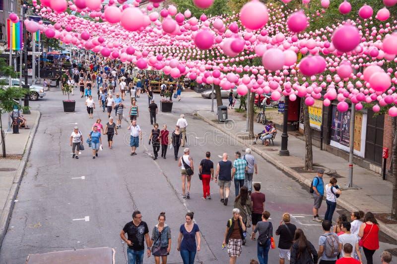Montreal CA - 14 Augusti 2016: Rosa färgbollar över Rue Sainte Cath arkivbild