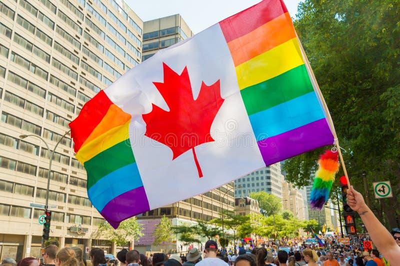 Montreal, CA, 16 Augustus 2015 Canadese vrolijke regenboogvlag royalty-vrije stock foto