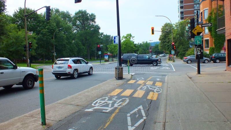 Montreal CA-Juli 2013, cykelgränd undertecknar på en stad som cyklar gränden royaltyfri foto