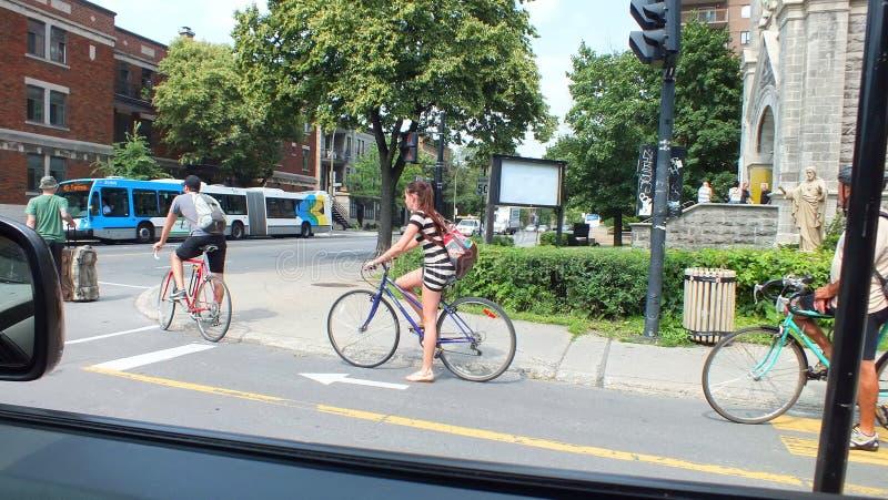 Montreal CA-Juli 2013, cyklister som pendlar i en stad som cyklar gränden royaltyfria foton